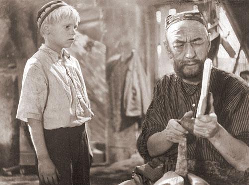 "режиссёр Шуҳрат Аббосовнинг ""Сен етим эмассан"" фильмидан лавҳа (1962)"